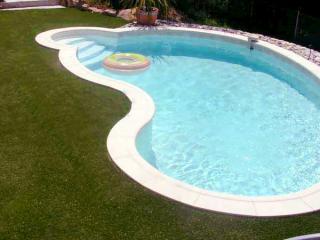 Gazon synthétique autour de piscine