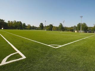 terrain de football en gazon synthétique