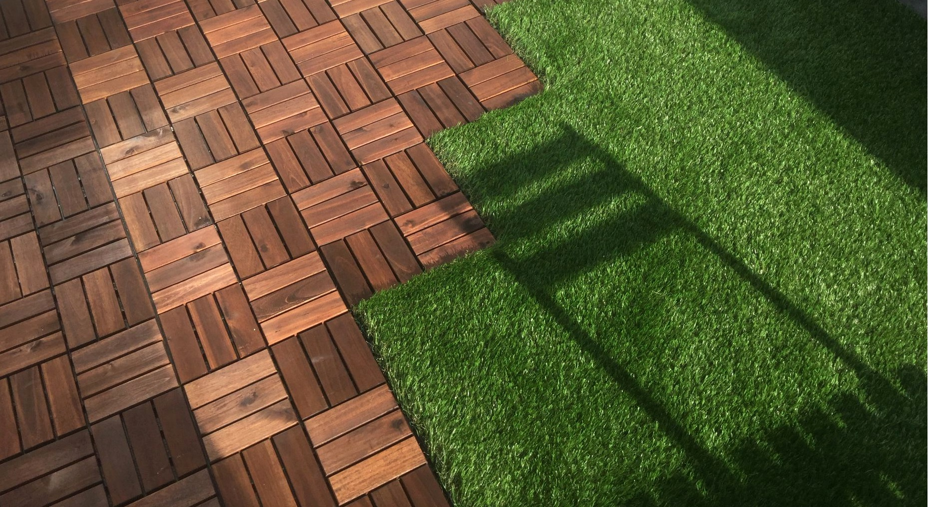 Balcon en bois et pelouse synthétique